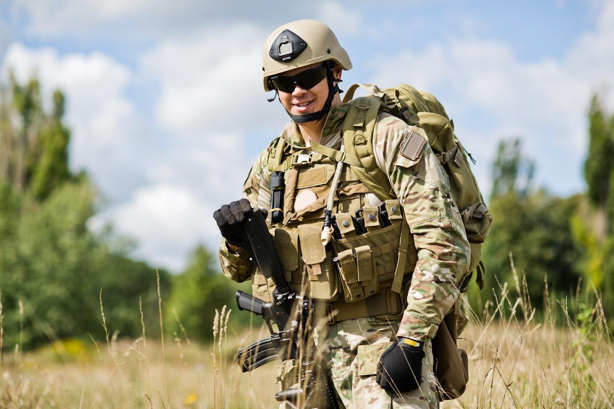 Militair met volledige uitrusting